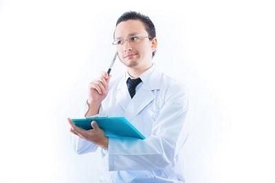 検査をする医者